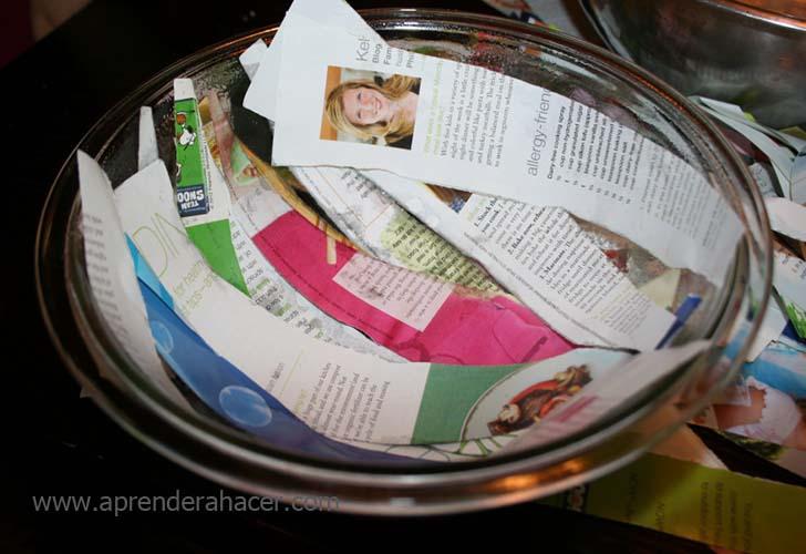primera capa de tiras de papel reciclado